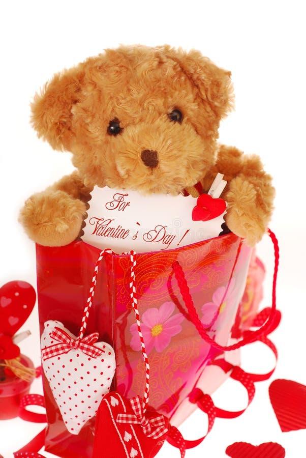 Orso dell'orsacchiotto nel sacchetto del regalo per il biglietto di S. Valentino fotografia stock libera da diritti