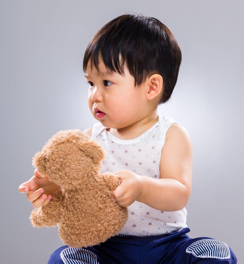 Orso della bambola della tenuta del ragazzino immagine stock libera da diritti