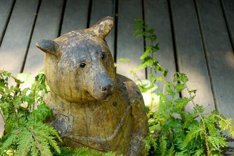 Orso di scultura di legno fotografia stock