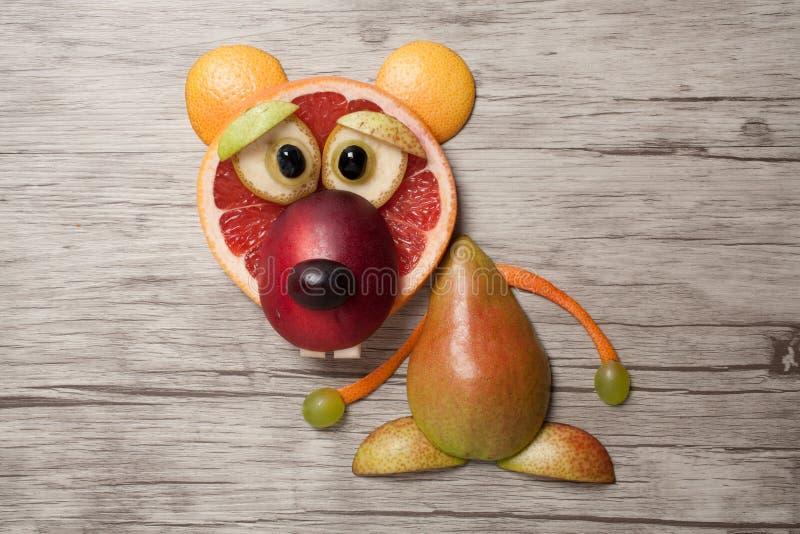 Orso divertente della frutta fatto su fondo di legno fotografia stock libera da diritti