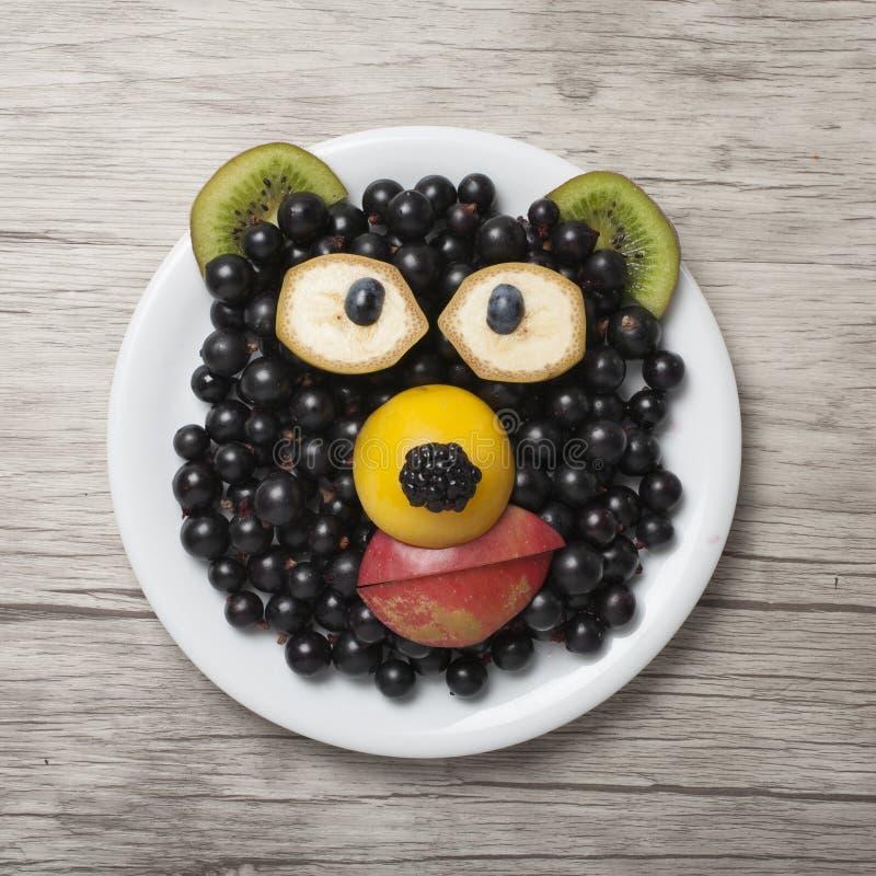 Orso divertente fatto con il ribes, il kiwi e la mela fotografie stock libere da diritti