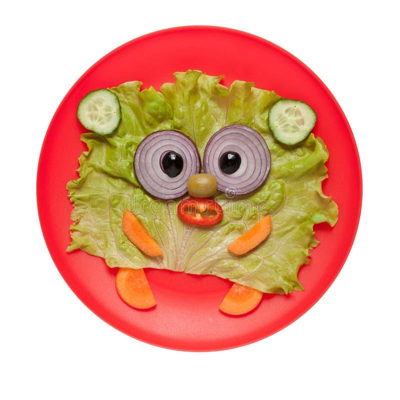 Orso divertente fatto degli ortaggi freschi sul piatto rosso immagine stock libera da diritti