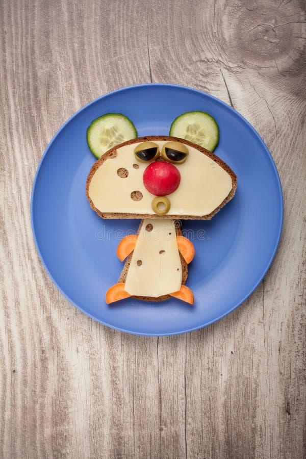 Orso divertente fatto di pane e di formaggio immagine stock libera da diritti