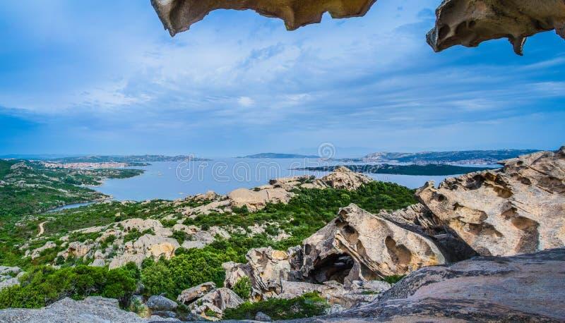`-Orso Palau Sardinia Italien för Capo D Sikten från björn vaggar Öst av porten av Palau kommer du på den berömda klippan a för b arkivbild