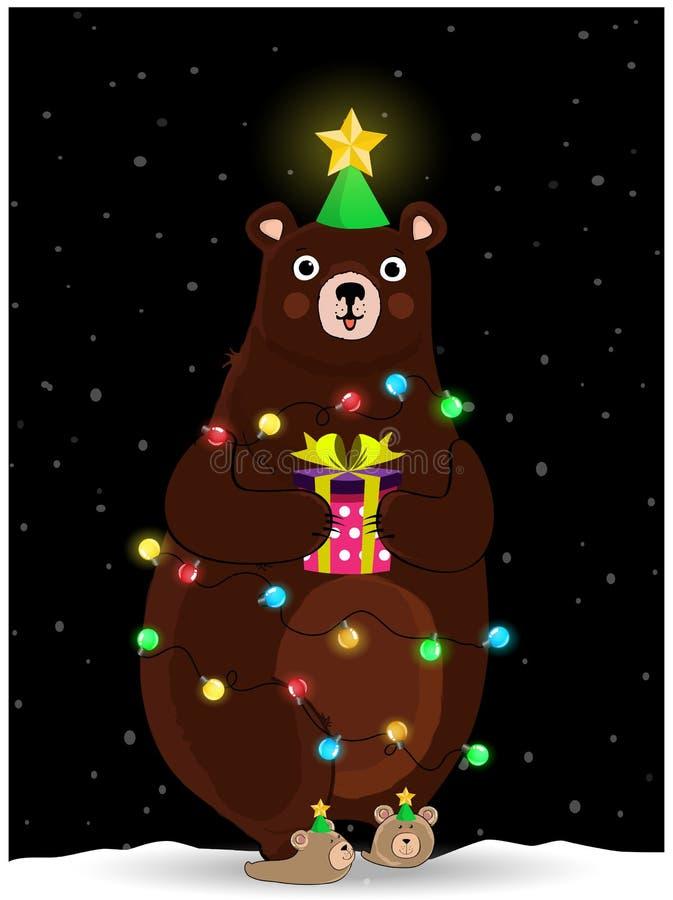 Orso sveglio nel giro del vento del cappello dell'albero di abete con la ghirlanda sul fondo nevoso di notte illustrazione di stock