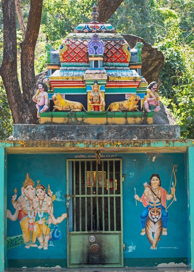 Ort der Verehrung neben einer indischen Straße stockbild