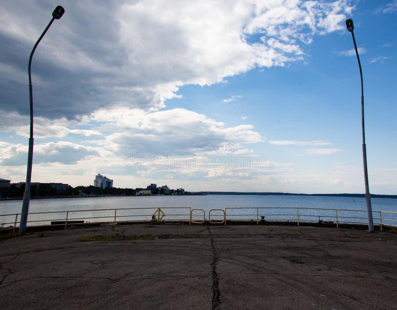 Ort des Stoppens der Schiffe für die Landung und der Ausschiffung der Passagiere lizenzfreies stockfoto