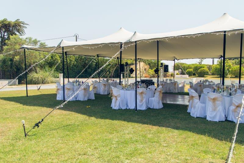 Ort für das Hochzeitsabendessen unter dem Zelt stockbild