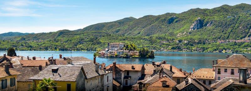 Orta湖水平的意大利湖空中圣朱利奥海岛诺瓦腊 库存照片