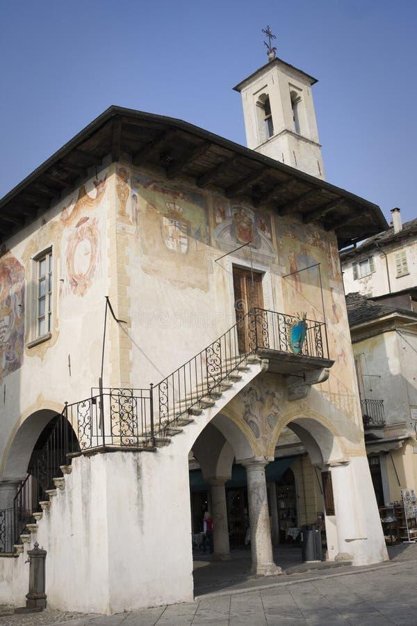 orta san giulio здания broletto старое стоковые изображения rf