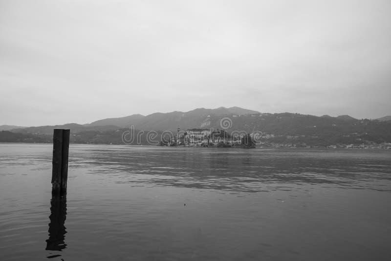 Download Orta San Giulio Island Nel Monocromio Fotografia Stock - Immagine di nero, romantico: 111249730