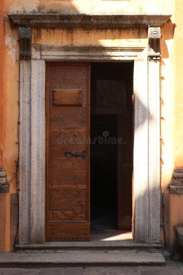 Orta San Giulio, Italie, le 2 juin 2017 ; fermez-vous vers le haut d'une vieille porte en bois ouverte photographie stock libre de droits
