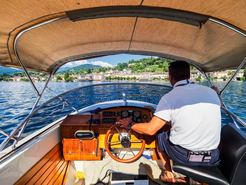 ORTA SAN GIULIO, ITALY/NOVARA - 6 AOÛT 2017 : Conducteur de bateau chez San Giulio Island sur le lac Orta, Italie images stock