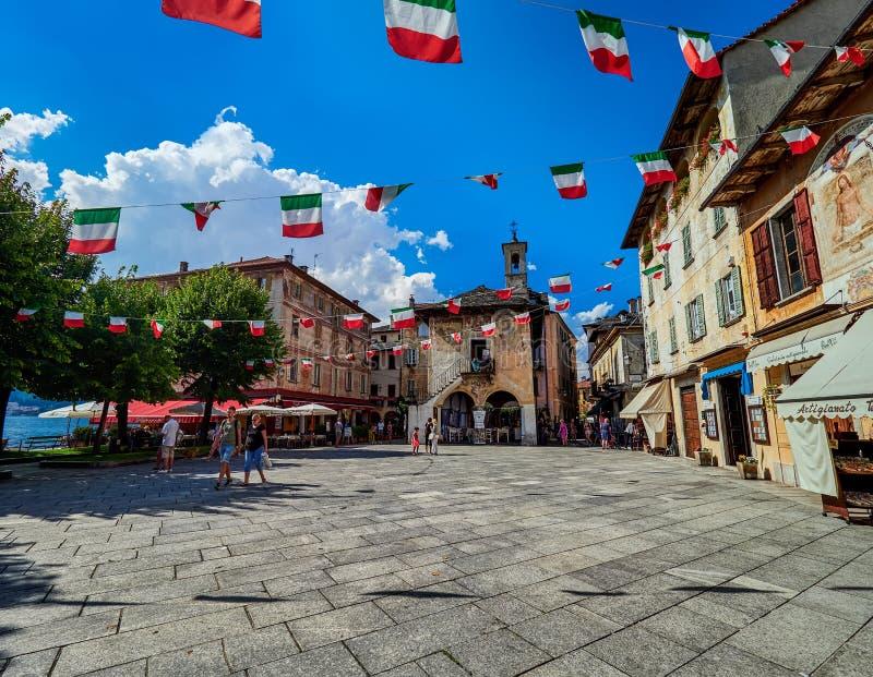 ORTA SAN GIULIO, ITALY/NOVARA - 6 AOÛT 2017 : Piazza Motta chez San Giulio sur le lac Orta, Italie images libres de droits