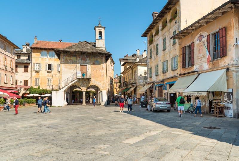 Orta San Giulio, Novara, Italien - Augusti 28, 2018: Sikt av den historiska mitten av den forntida byn av Orta San Giulio som lok royaltyfri foto