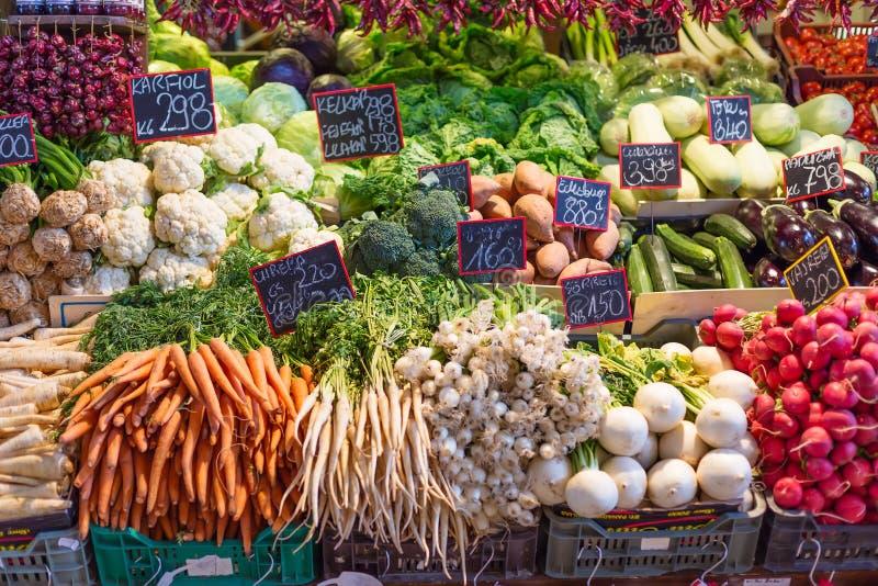 Ortaggi freschi al mercato centrale a Budapest, Ungheria Carote, cavolo, Cole, broccoli, ravanello, erbe, melanzana immagine stock