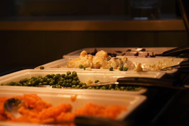 Ortaggi freschi cucinati e serviti appetitosi per una cena dell'arrosto fotografie stock libere da diritti