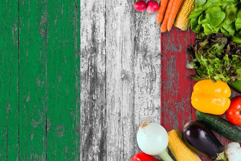 Ortaggi freschi dall'Italia sulla tavola Cottura del concetto sul fondo di legno della bandiera fotografie stock