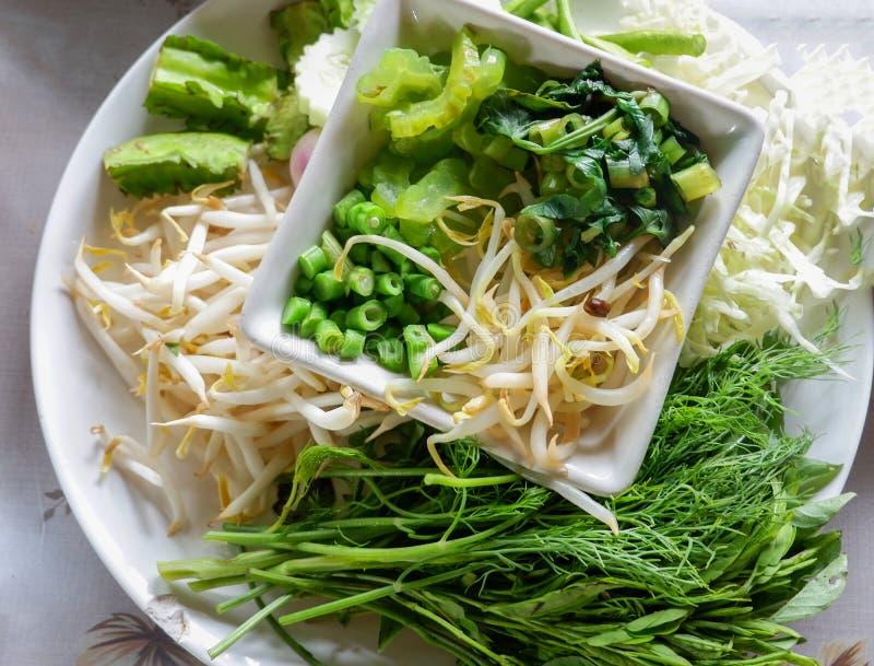 Ortaggi freschi per i vermicelli del riso con la minestra del curry immagini stock
