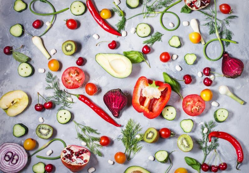 Ortaggi freschi piani, frutta ed erbe di disposizione su fondo concreto immagini stock libere da diritti