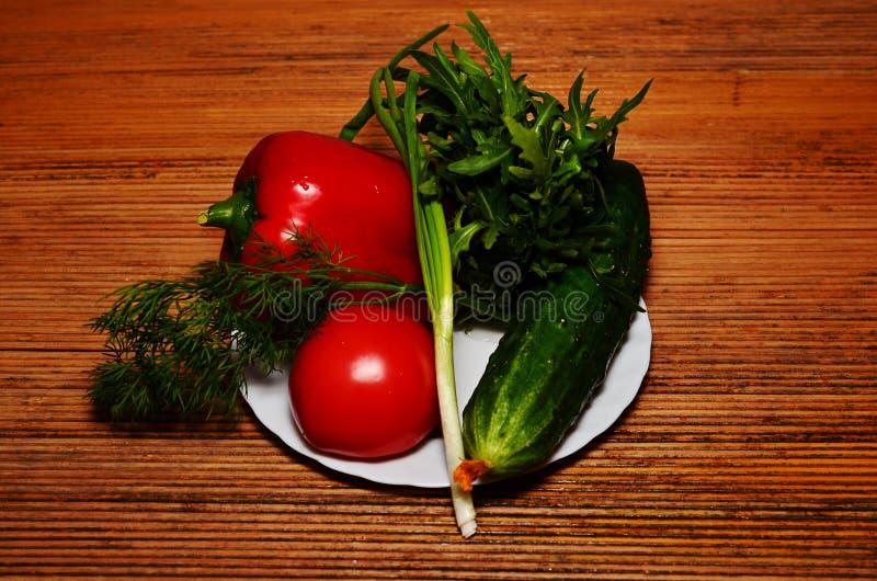 ortaggi freschi sul pomodoro scuro del fondo, peperone dolce, verdi, cetriolo fotografia stock libera da diritti