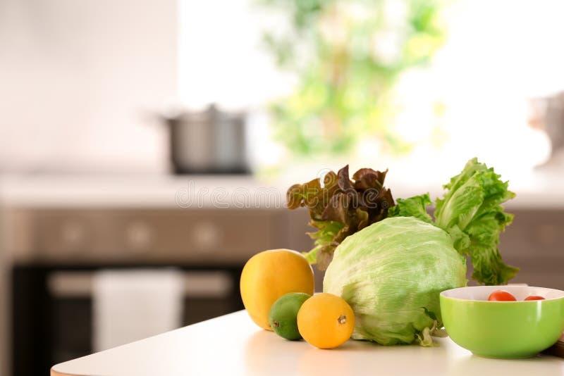 Ortaggi freschi sulla tavola in cucina Concetto dell'alimento di dieta immagine stock libera da diritti