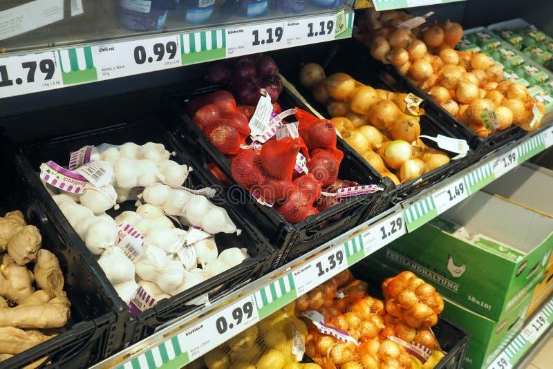 Ortaggi freschi in un supermercato in Offenburg, Germania fotografia stock libera da diritti