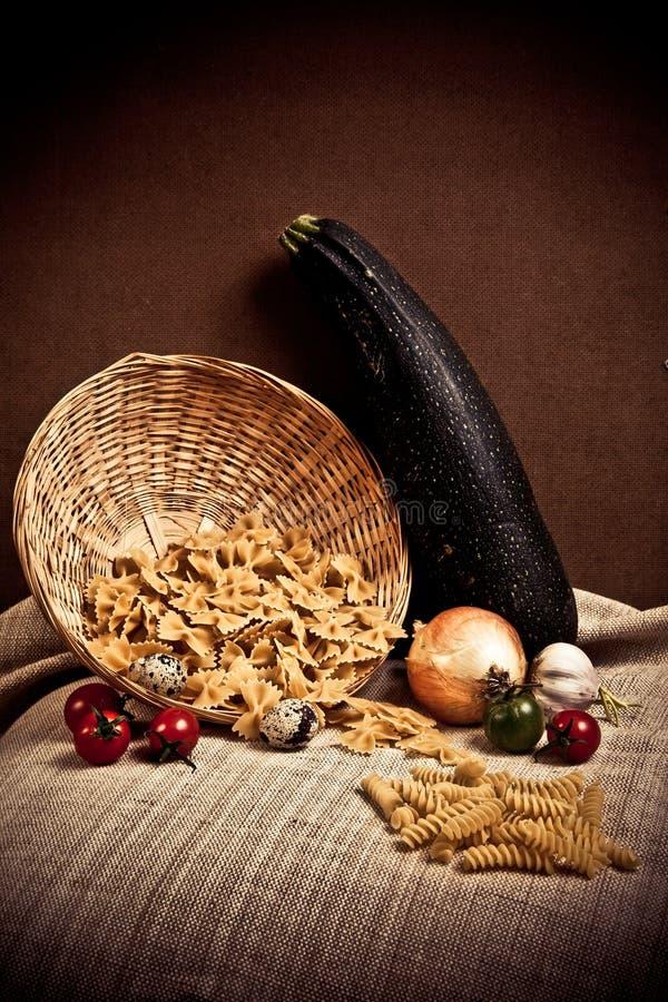 Ortaggi freschi, uova di quaglia e pasta fotografia stock