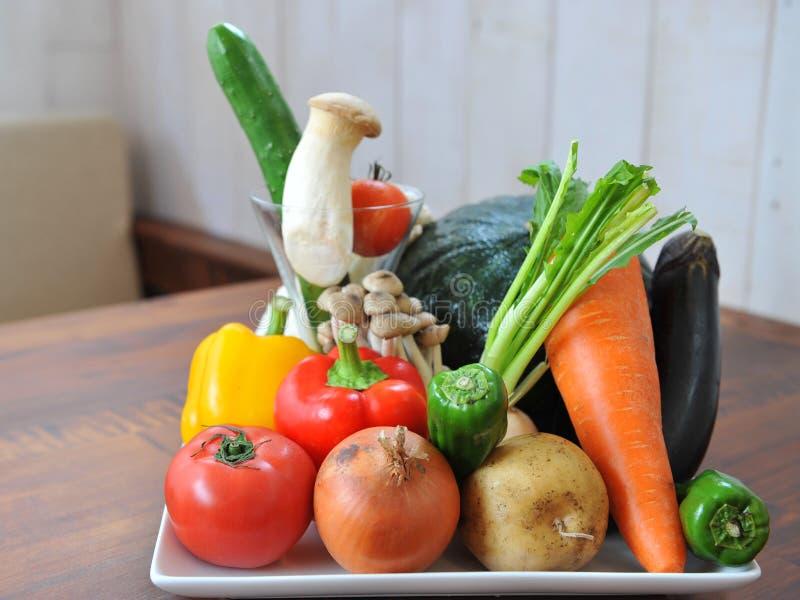 Ortaggi freschi verdi con i pomodori, carota, peperoncino rosso, fungo, p immagini stock libere da diritti