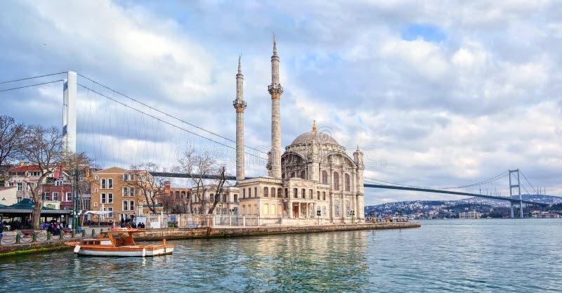 Ortakoy清真寺和博斯普鲁斯海峡伊斯坦布尔,土耳其 库存图片