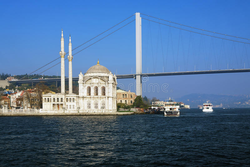 Ortakoy Moschee und die Bosphorus Brücke, Istanbul stockbild