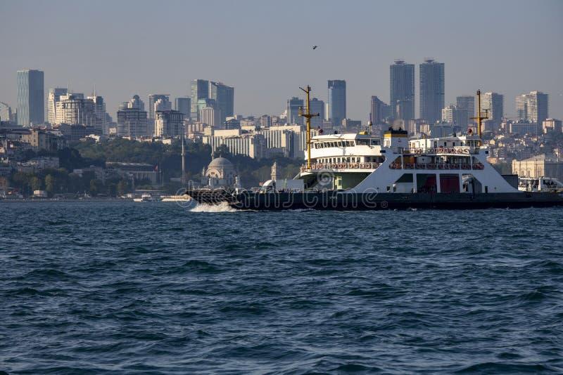 Ortakoy-Moscheenansicht vom Meer Unscharfe Wassertropfen vor dem Bild lizenzfreie stockfotografie