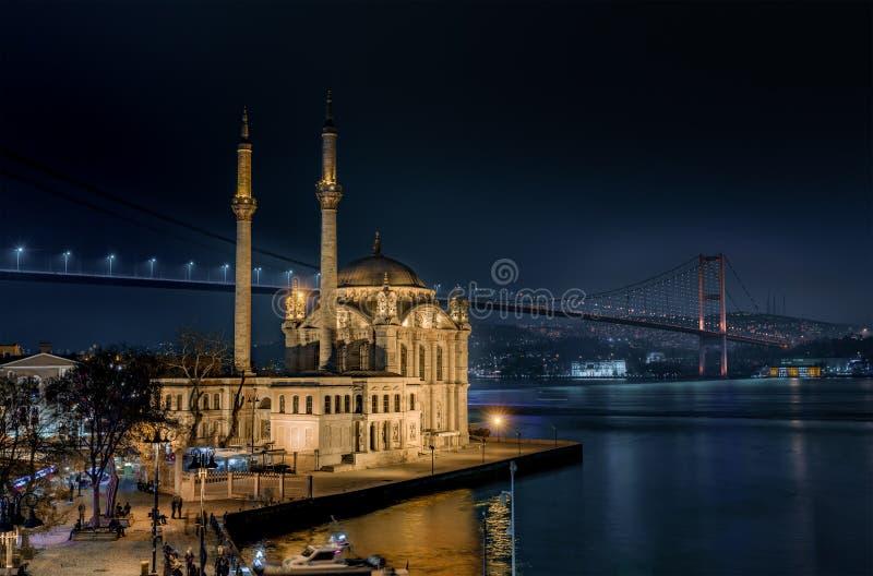 Ortakoymoskee en de Bosphorus-Brug bij nacht stock fotografie