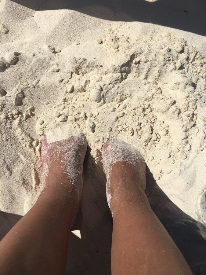 Orteils dans le sable photos stock