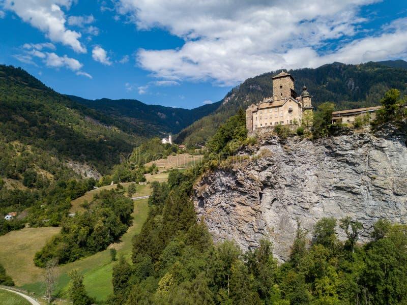 Ortenstein slottbyggande i 1250, Graubuenden, Schweiz royaltyfri bild