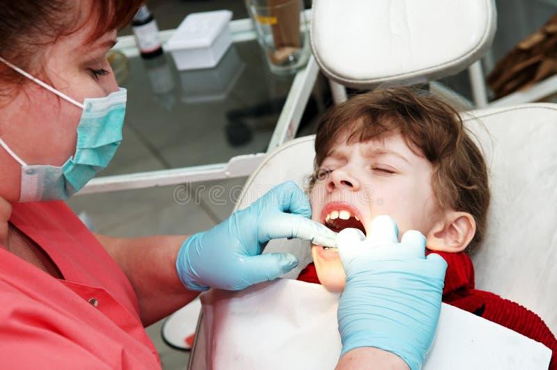 Am orthodontischen Doktor des Zahnarztarztes stockfoto