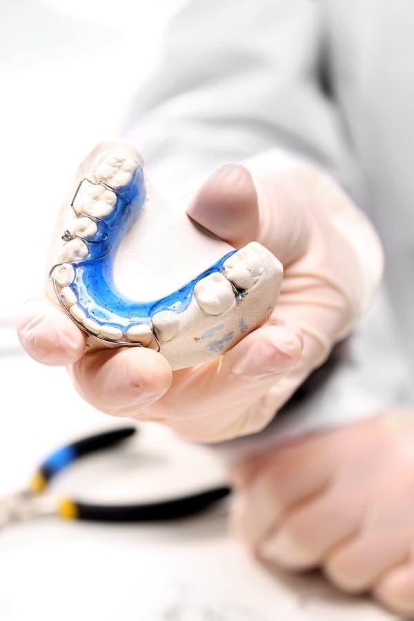 Orthodontischer Trainer, die Möglichkeit eines schönen Lächelns lizenzfreies stockfoto