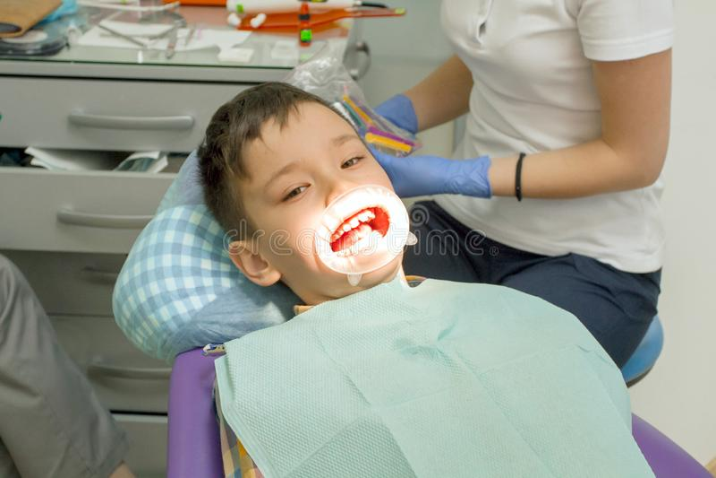Orthodontist die jongensmond onderzoeken royalty-vrije stock foto's