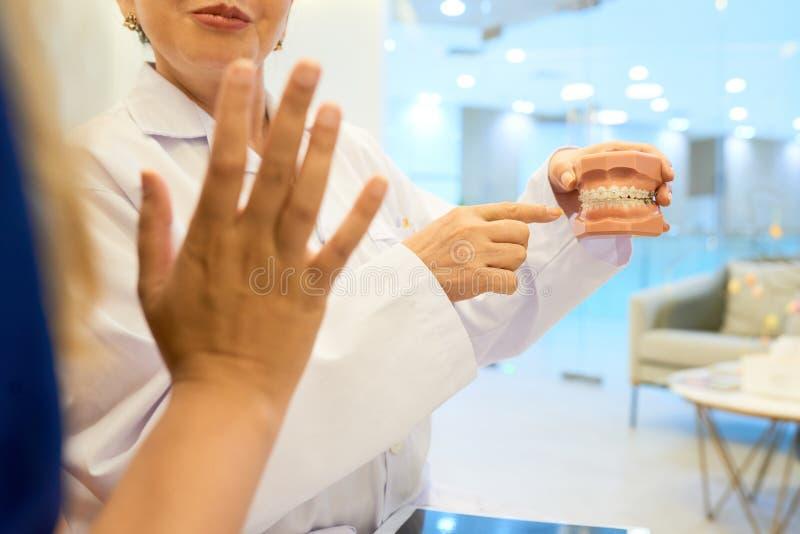Orthodontist die kaak tonen aan patiënt stock foto's