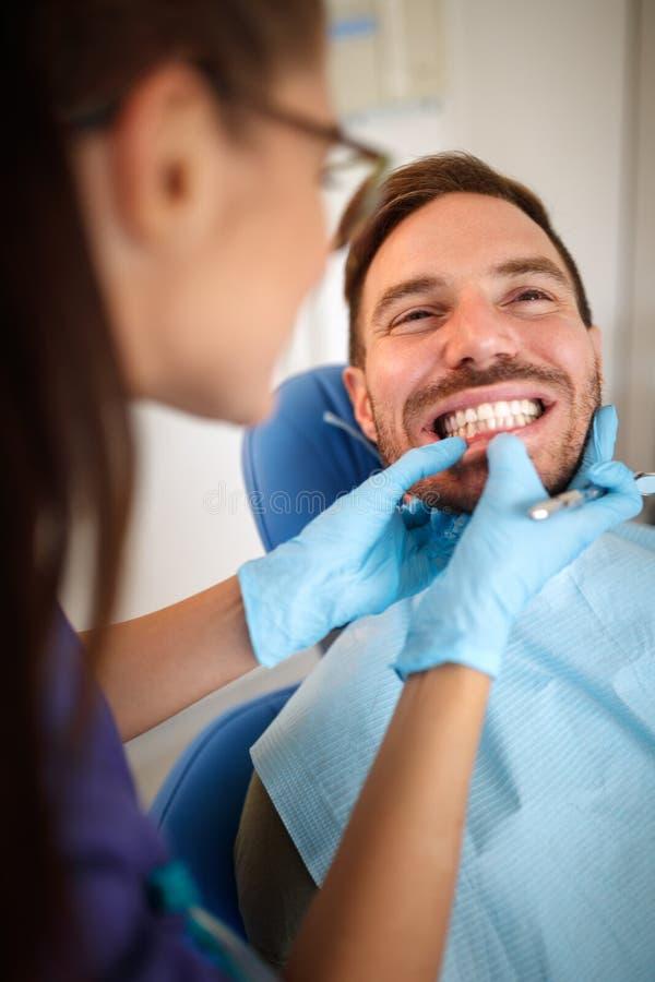 Orthodontist die in tandkliniek de geduldige beet van ` s kijken royalty-vrije stock foto
