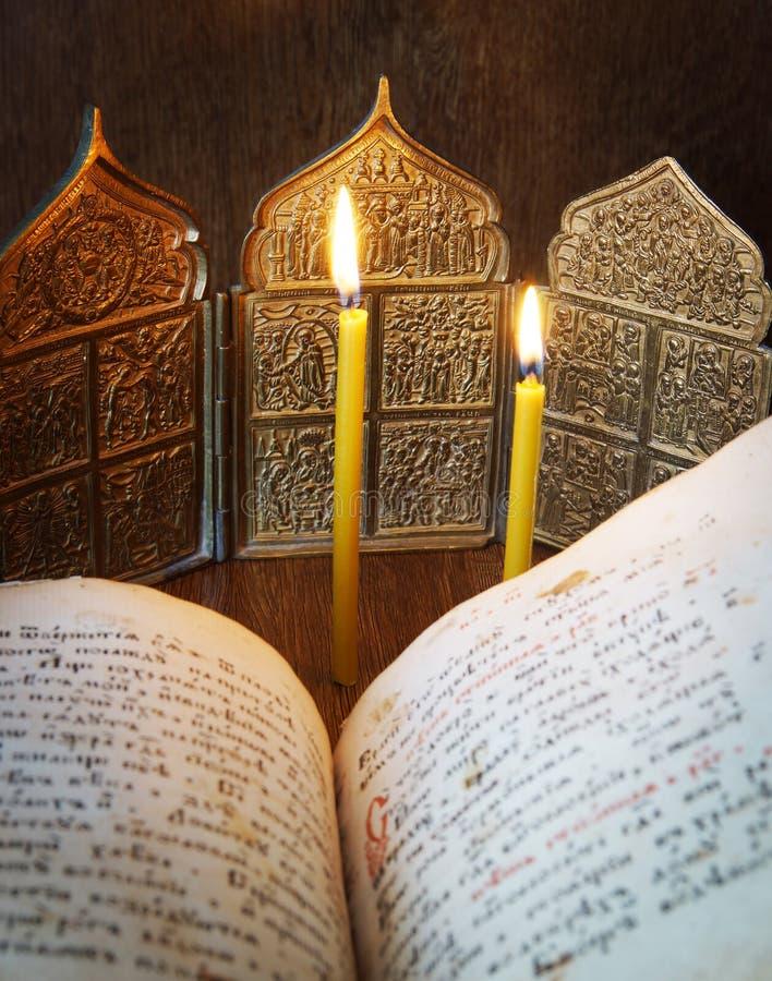Orthodox Christelijk stilleven met open oude boek en pictogrammen stock foto's