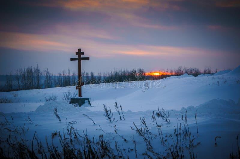 Orthodox kruis op een gebied in de winter royalty-vrije stock afbeeldingen