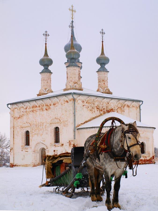 Orthodox Rusland. De horsy en oude kerk royalty-vrije stock fotografie