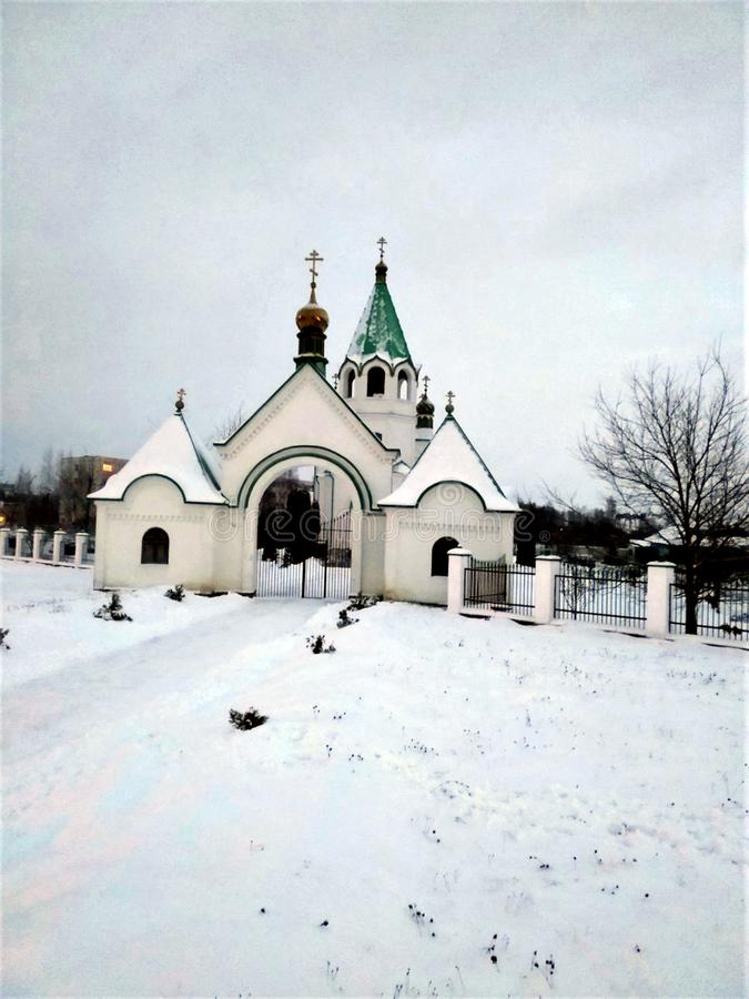 Orthodoxe Christelijke kerk van moderne bouw in de stad in Europa, een de winterlandschap, sneeuw, gouden koepels, een groen dak, stock afbeeldingen