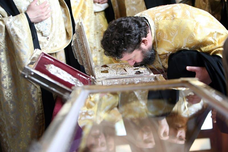 Orthodoxe Christelijke priesters bij de overblijfselen van Heilige Demetrius stock afbeeldingen
