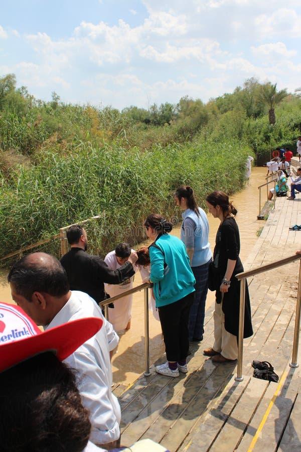 Orthodoxe christliche Pilger als Teil einer traditionellen Taufezeremonie in Jordan River stockbild