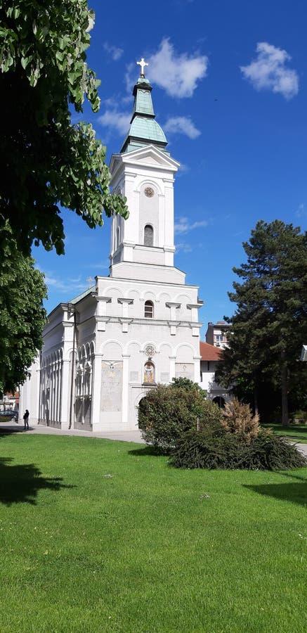 Orthodoxe die kerk met de lentezon wordt behandeld in Valjevo, Servië royalty-vrije stock foto's