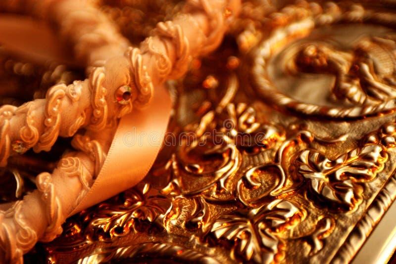 Orthodoxe Hochzeits-Kronen auf einer Bibel stockfotografie