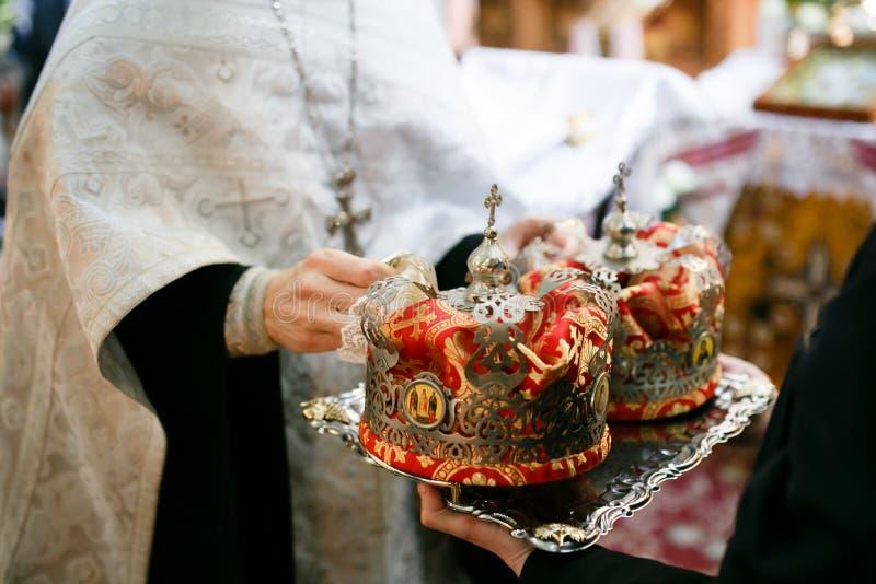 Orthodoxe huwelijks plechtige kroon klaar voor een bekronende ceremonie stock fotografie