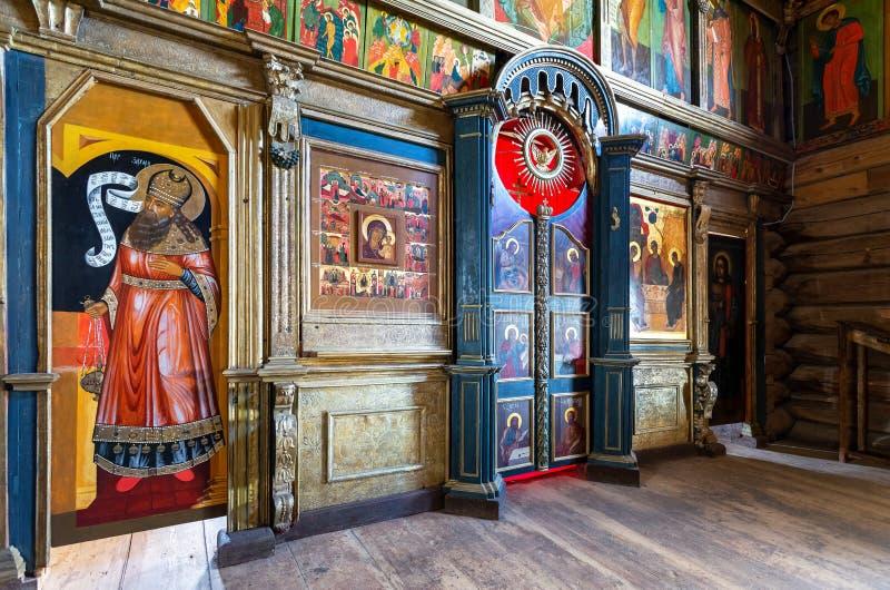 Orthodoxe iconostasis binnen de oude houten Drievuldigheidskerk royalty-vrije stock afbeeldingen